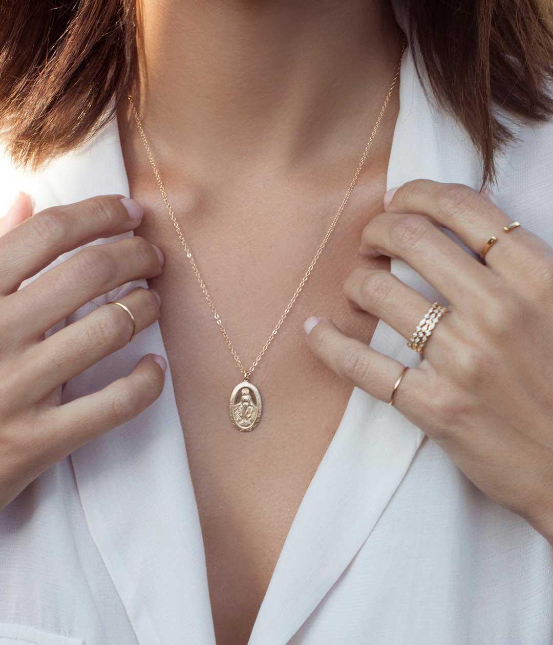 VM-oval-necklace-model-3